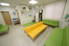受付・待合室室内、トイレともバリアフリ-で、車椅子の方も 安心してご利用いただけます。